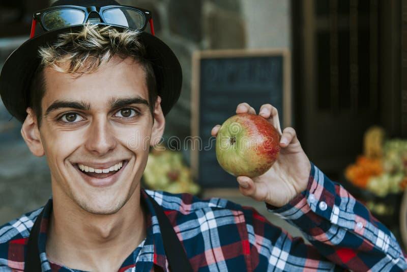 Hombre feliz con la manzana fotos de archivo