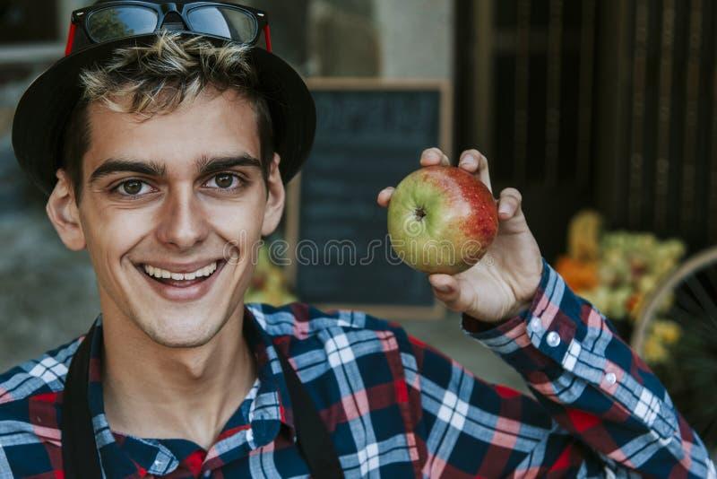 Hombre feliz con la manzana foto de archivo