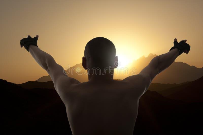Hombre feliz con las manos para arriba en el top del mundo foto de archivo libre de regalías