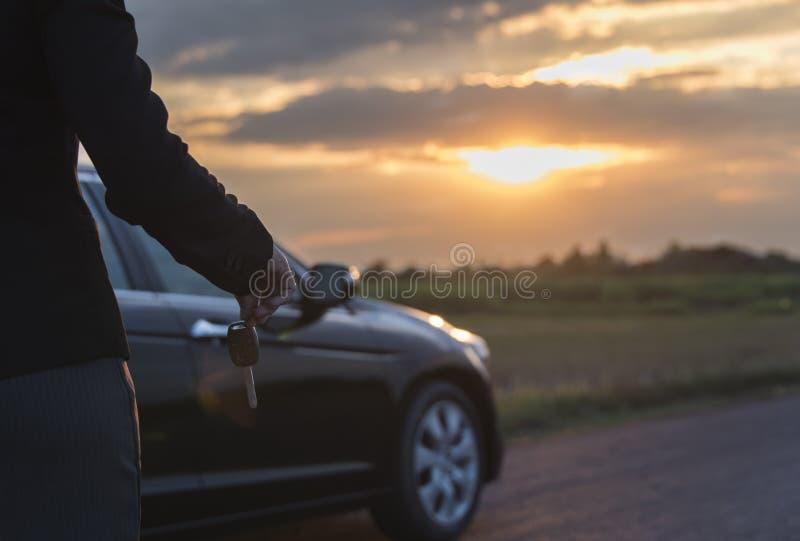 Hombre feliz con nuevo clave del coche imagenes de archivo