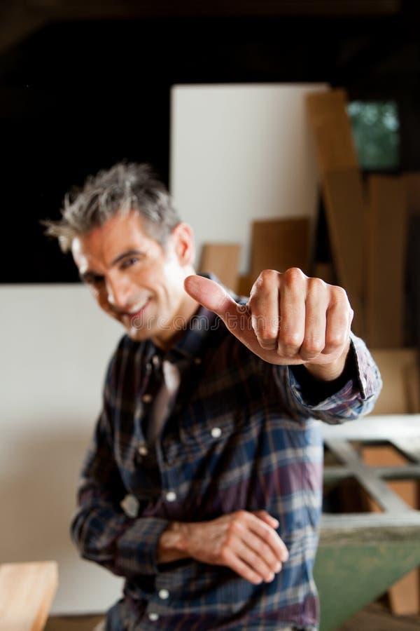 Hombre feliz con su pulgar para arriba fotos de archivo libres de regalías