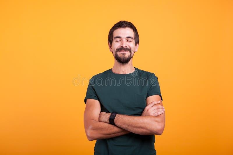 Hombre feliz de risa sobre fondo amarillo fotos de archivo libres de regalías