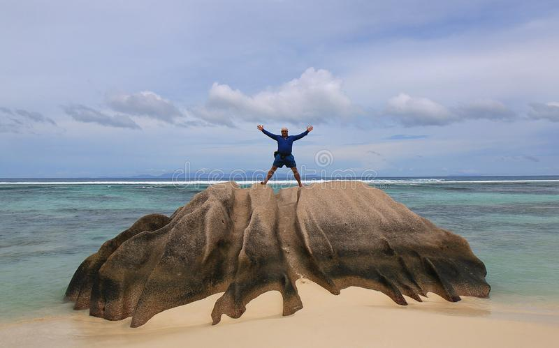 Hombre feliz el día de fiesta en la isla tropical fotografía de archivo