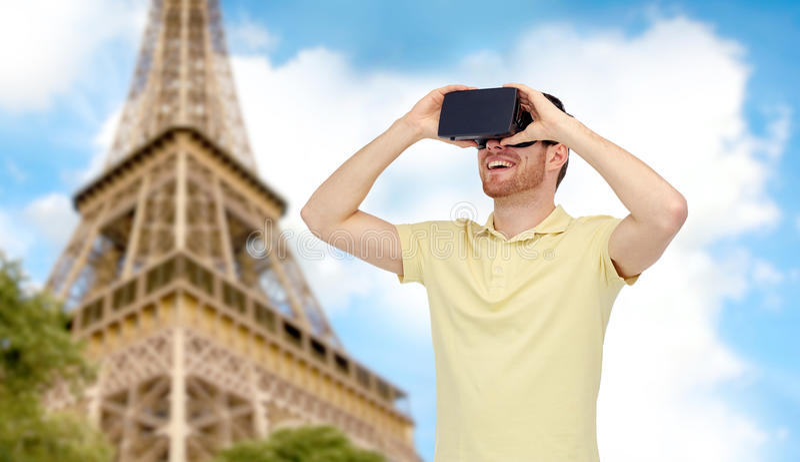 Hombre feliz en auriculares de la realidad virtual o los vidrios 3d fotos de archivo libres de regalías