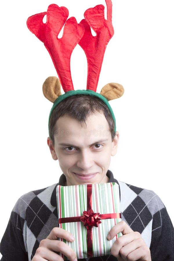 Hombre feliz en claxones de los alces de la fiesta de Navidad imagen de archivo libre de regalías
