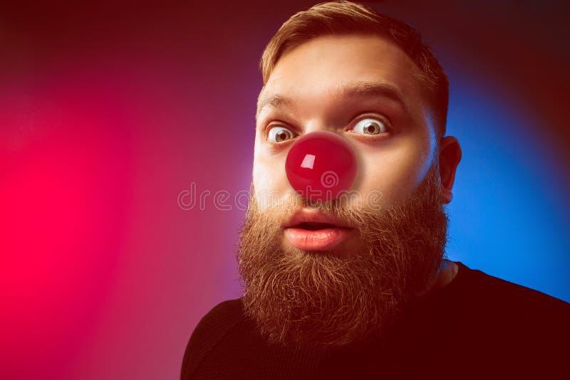 Hombre feliz en día rojo de la nariz foto de archivo