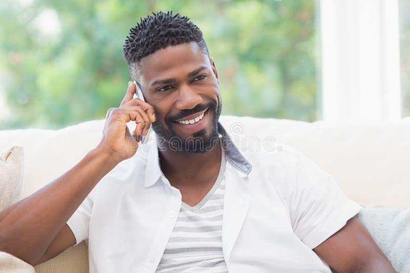Hombre feliz en el teléfono imagen de archivo