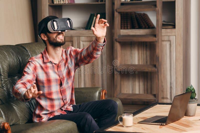 Hombre feliz en los vidrios del vr que juegan al videojuego fotografía de archivo libre de regalías
