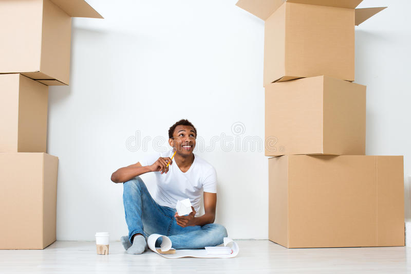 Hombre feliz en una nueva casa Piense hacia fuera el interior imagen de archivo