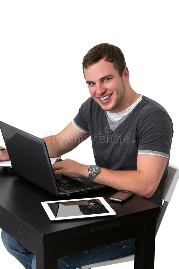 Hombre feliz joven que trabaja en la PC fotos de archivo