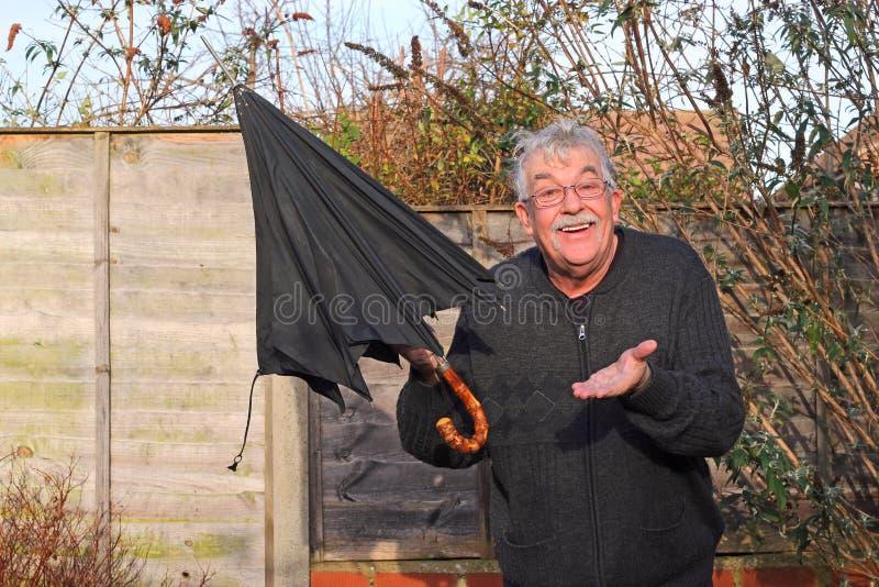 Hombre feliz porque la lluvia ha parado. imágenes de archivo libres de regalías