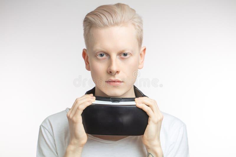 Hombre feliz que consigue experiencia usando los vidrios de las auriculares de VR de realidad virtual, aislados en el fondo blanc imagen de archivo libre de regalías