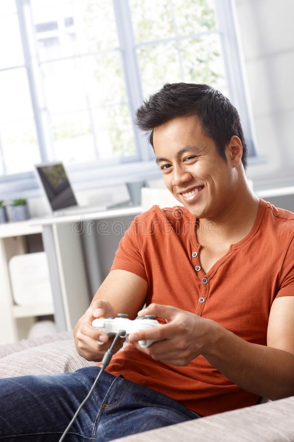 Hombre feliz que juega al videojuego fotos de archivo libres de regalías