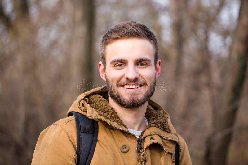 Hombre feliz que mira la cámara al aire libre imagen de archivo