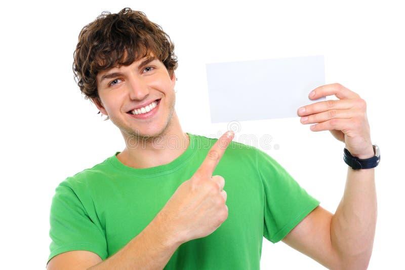 Hombre feliz que muestra en tarjeta en blanco imágenes de archivo libres de regalías