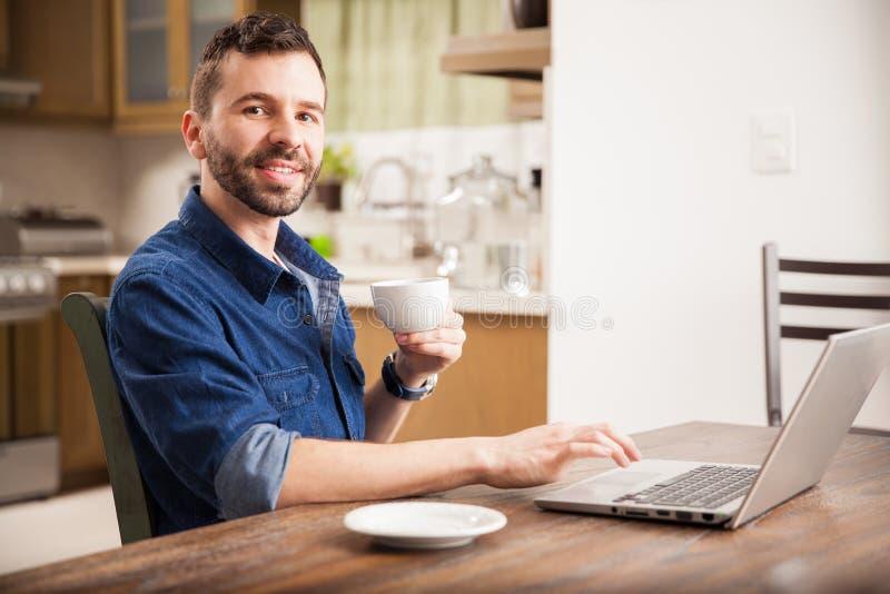 Hombre feliz que trabaja de hogar foto de archivo