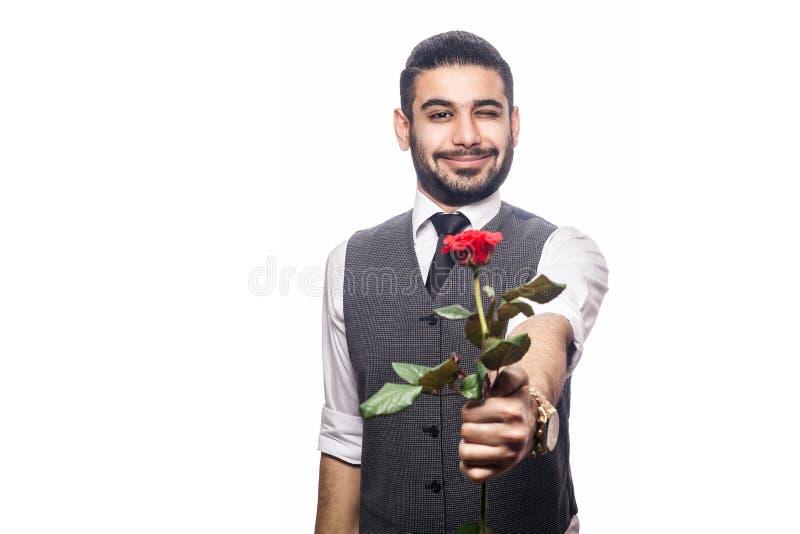 Hombre feliz romántico hermoso con la flor color de rosa imagen de archivo libre de regalías