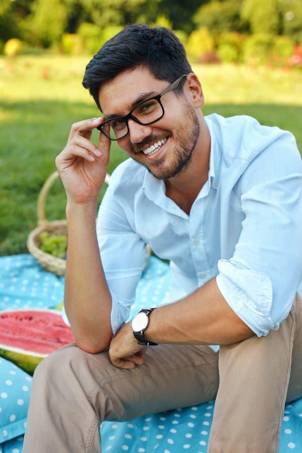 Hombre feliz Varón joven sonriente hermoso al aire libre en parque imagen de archivo