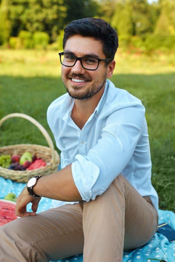 Hombre feliz Varón joven sonriente hermoso al aire libre en parque imágenes de archivo libres de regalías