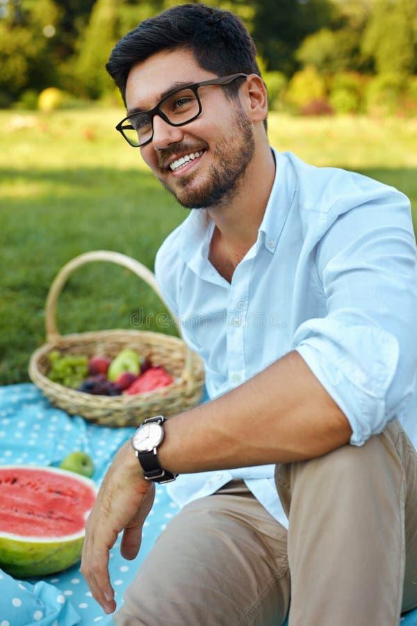 Hombre feliz Varón joven sonriente hermoso al aire libre en parque fotografía de archivo libre de regalías
