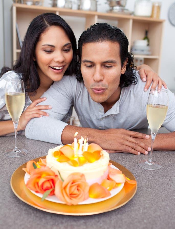 Hombre feliz y su esposa que celebran su cumpleaños imagenes de archivo
