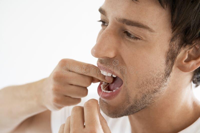 Hombre Flossing sus dientes foto de archivo libre de regalías