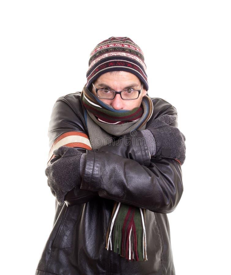 Hombre frío que intenta permanecer caliente foto de archivo