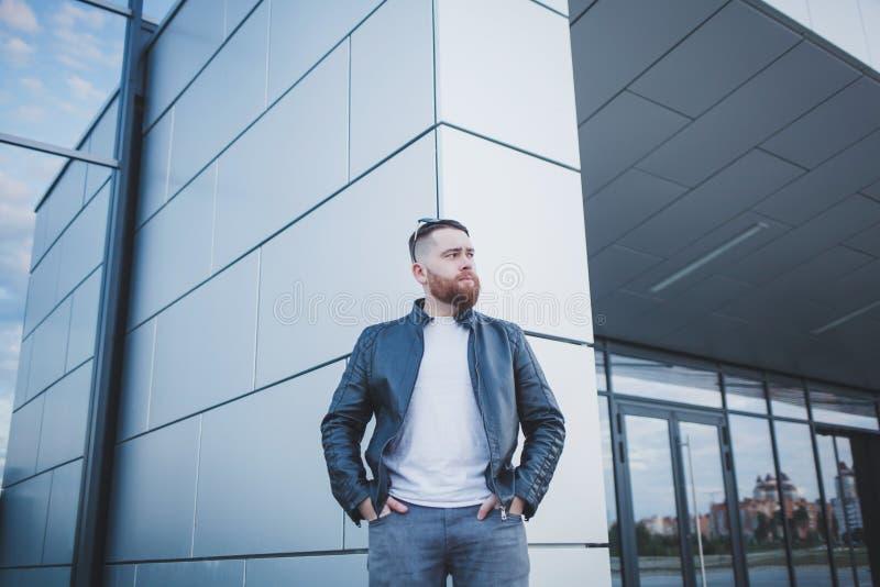 Hombre fresco en una chaqueta de cuero imagenes de archivo