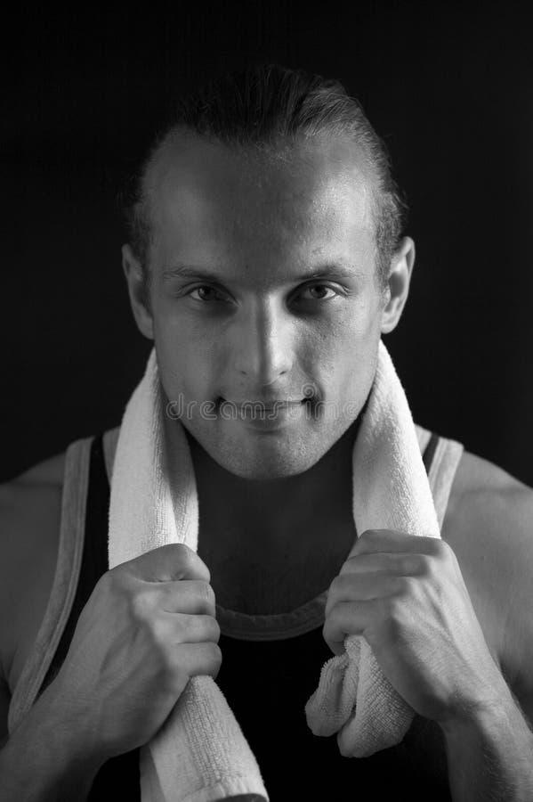 Hombre fuerte atractivo con la toalla blanca imagen de archivo libre de regalías