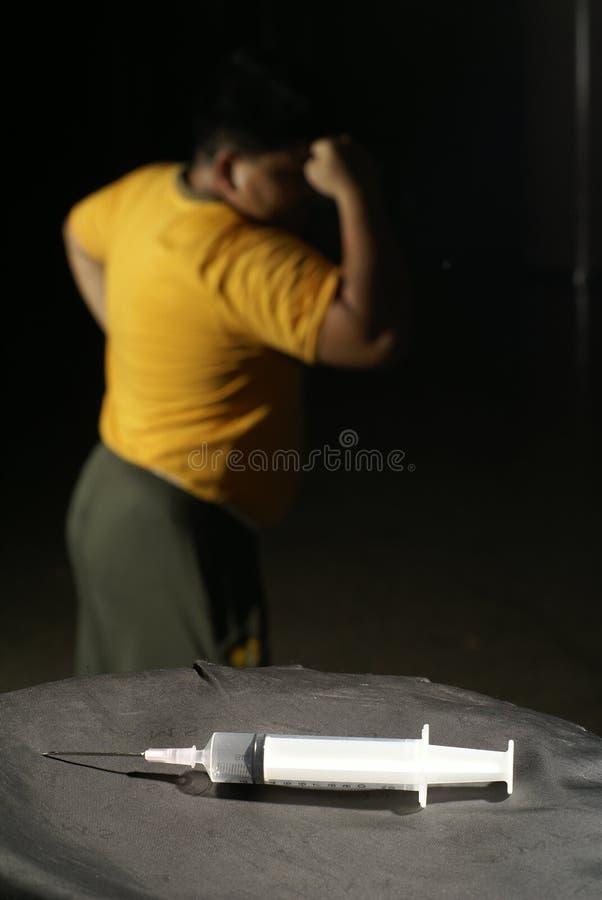 Hombre fuerte con la jeringuilla foto de archivo