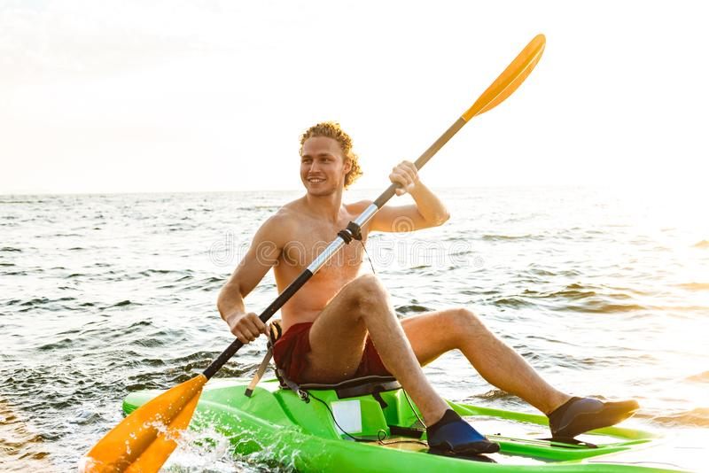 Hombre fuerte sano kayaking imagen de archivo libre de regalías