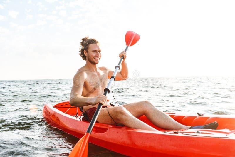 Hombre fuerte sano kayaking fotos de archivo