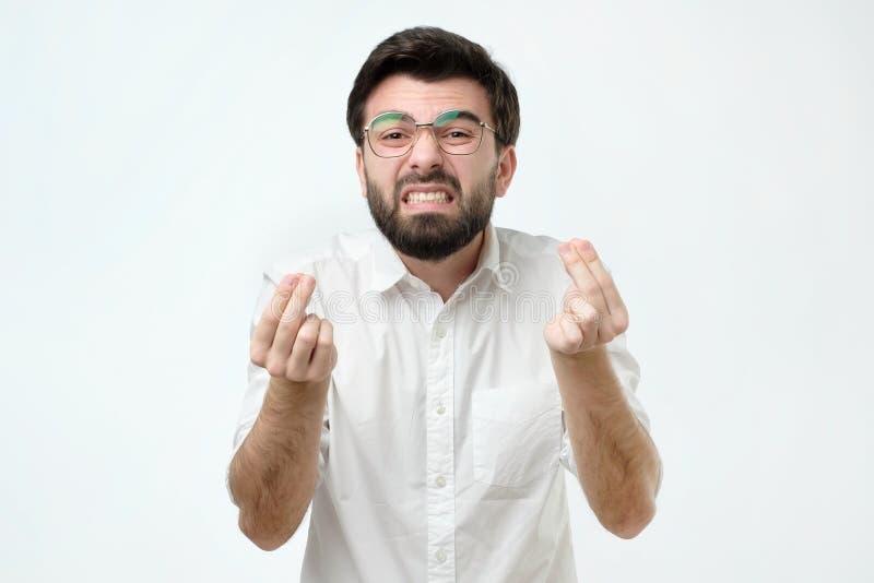 Hombre furioso con la mueca gruñona en su cara, con la boca abierta en el grito, lista para discutir y para jurar fotografía de archivo