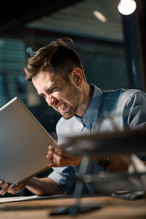 Hombre furioso que grita en el ordenador fotos de archivo libres de regalías