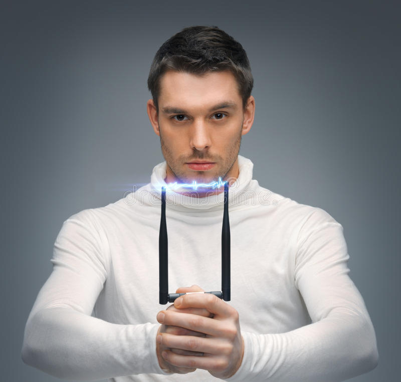 Hombre futurista con la pistola de aturdimiento foto de archivo