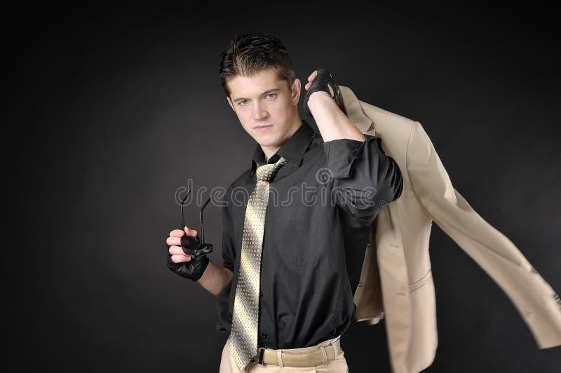 Hombre galante que lleva un traje clásico blanco. imágenes de archivo libres de regalías