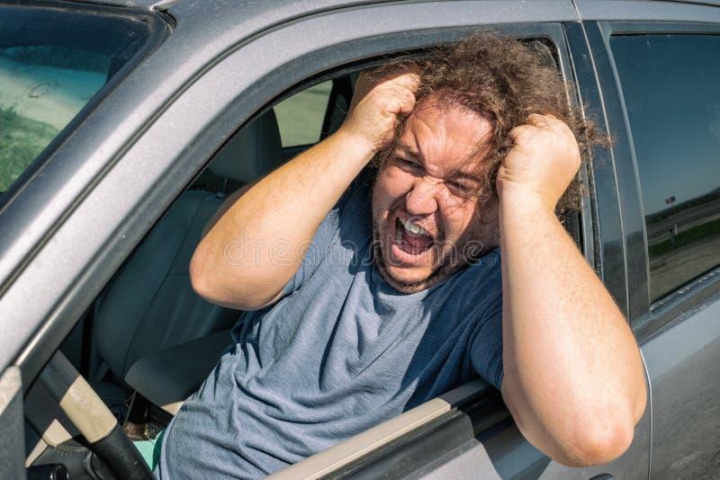 Hombre gordo enojado en el coche Camino y tensión imagen de archivo libre de regalías