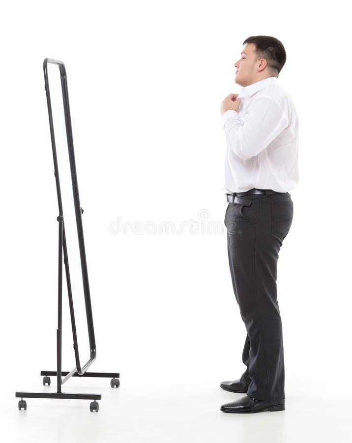 Hombre gordo que se admira en un espejo fotos de archivo libres de regalías