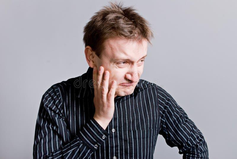 Hombre gruñón con el pelo desalinado imagen de archivo libre de regalías