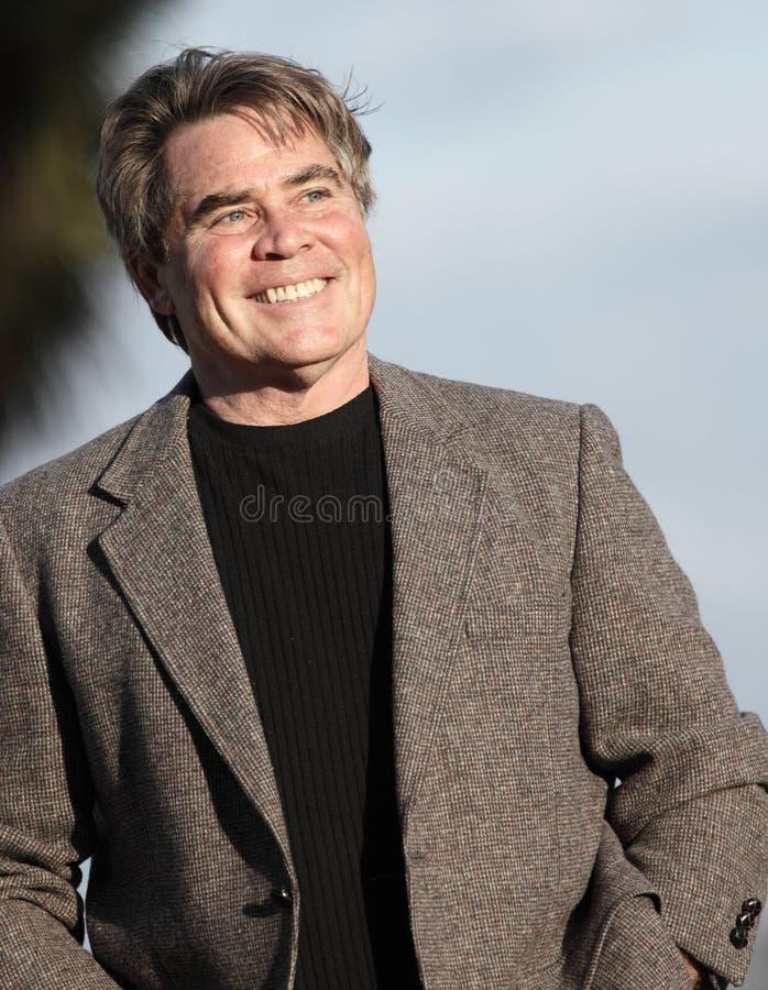 Hombre hermoso afuera fotografía de archivo libre de regalías