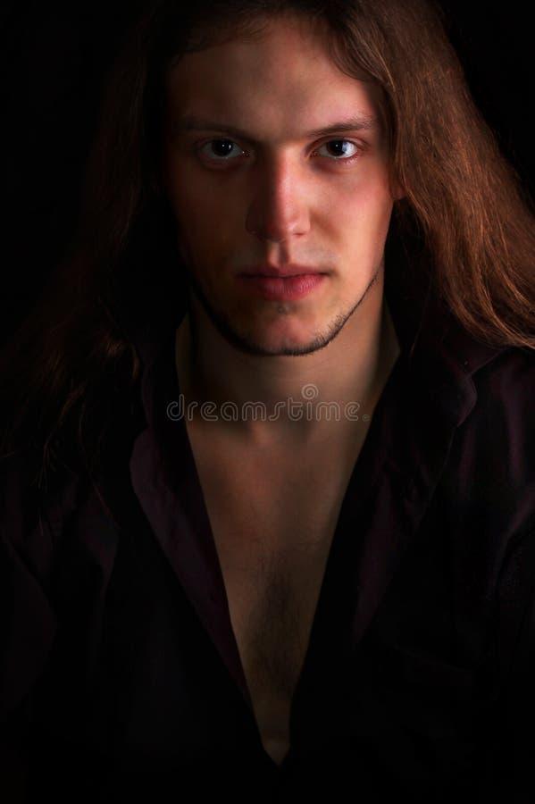 Hombre hermoso aislado en negro foto de archivo