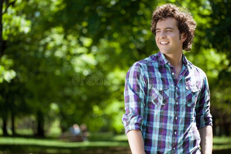 Hombre hermoso al aire libre fotos de archivo