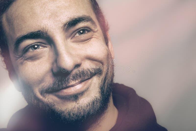 Hombre hermoso alegre, alegría y esperanza imagenes de archivo