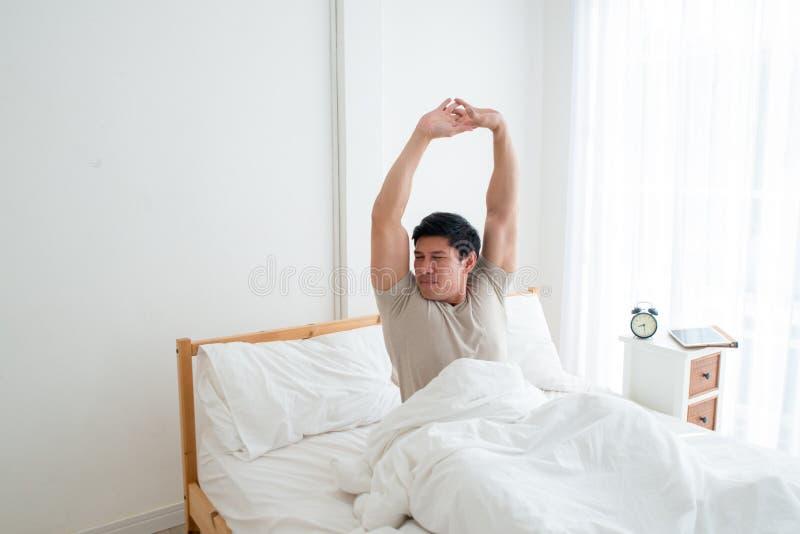 Hombre hermoso asiático que despierta en la madrugada imagen de archivo