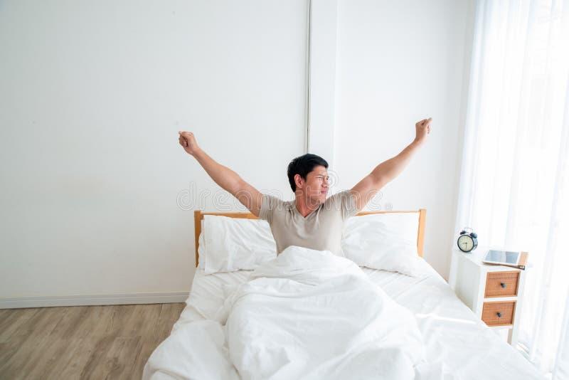 Hombre hermoso asiático que despierta en la madrugada imagenes de archivo