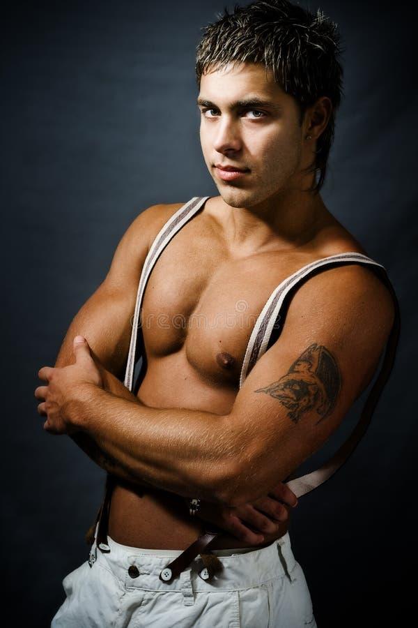Hombre hermoso atractivo de moda muscular foto de archivo libre de regalías
