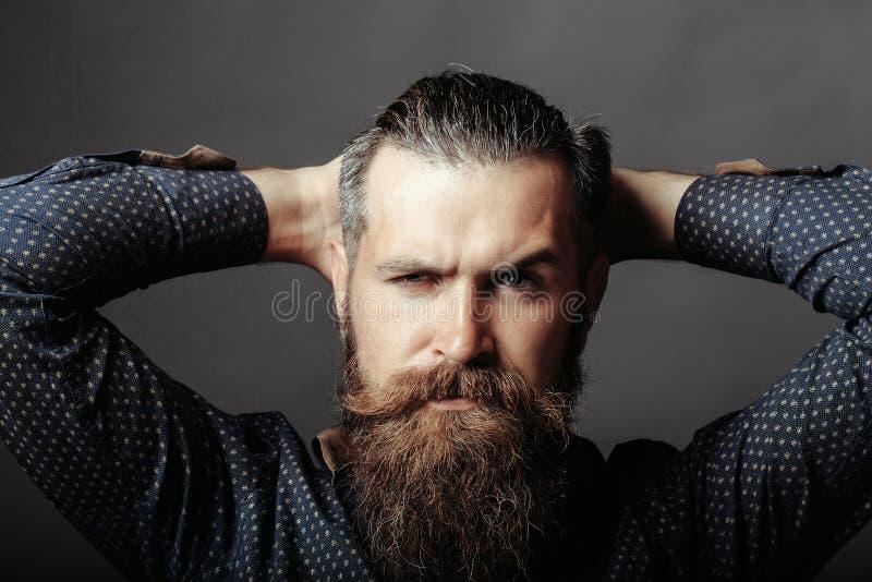 Hombre hermoso barbudo foto de archivo