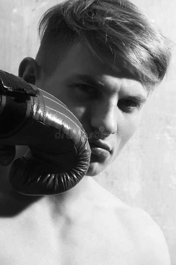 Hombre hermoso, boxeador, presentando con rojo, guante de boxeo foto de archivo libre de regalías