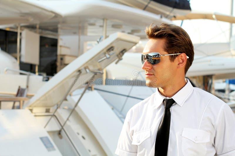Hombre hermoso, capitán serio en un blanco imagenes de archivo