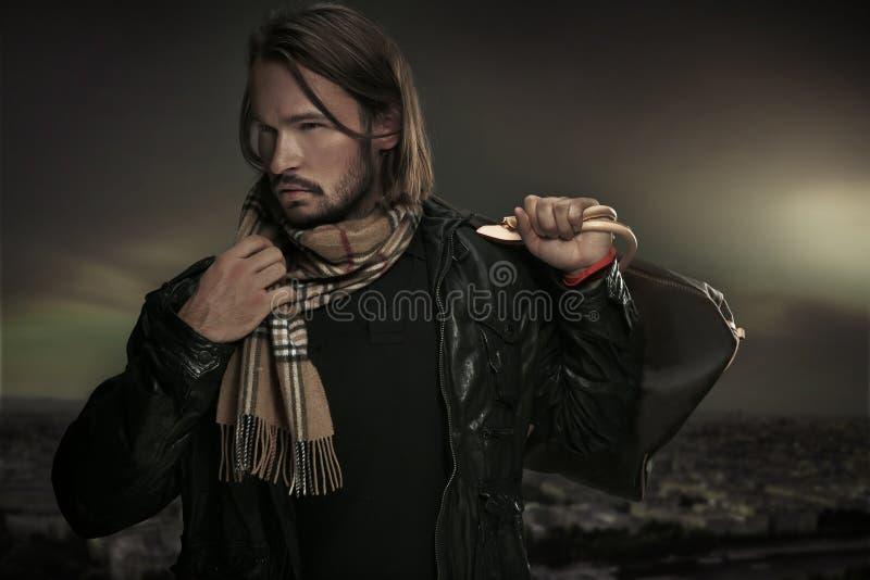 Hombre hermoso con el bolso